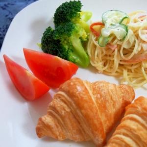 サラダスパとクロワッサンでワンプレ朝食♡