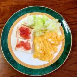 スクランブルエッグ・レタス・いちごジャムパン
