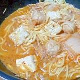 キムチ鍋の残りに、焼きそば麺。