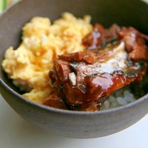 缶詰でおてがる秋刀魚の蒲焼卵丼