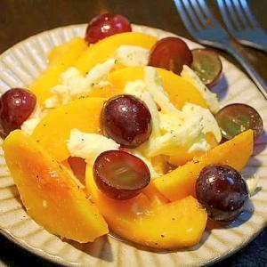 黄桃と巨峰とモッツァレラチーズのサラダ