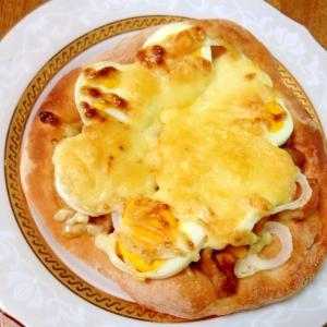 照り焼きチキンとゆで卵のピザ