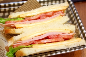 ハムと3層チーズのサンドイッチ