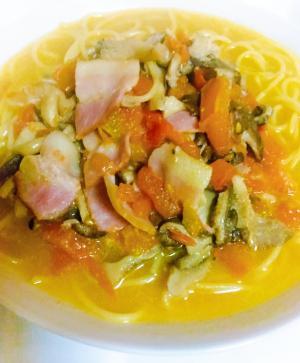 ヒラタケとフレッシュトマトのピリ辛スープパスタ