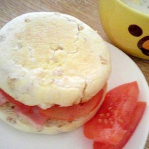 ライ麦イングリッシュマフィンのベーコントマトサンド