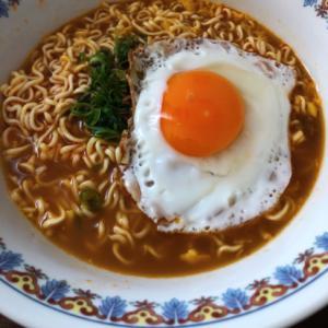 半熟卵の目玉焼きのせニンニクラーメン