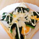 茹で卵とほうれん草のマヨチーズトースト