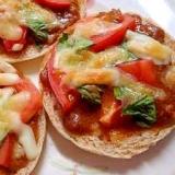 イングリッシュマフィンでカレートマトバジルパン