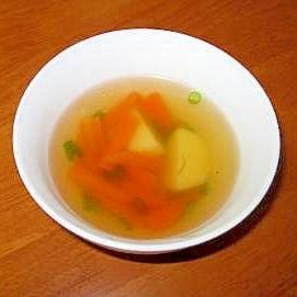 にんじんとじゃがいものコンソメスープ