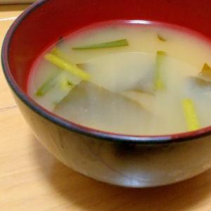 玉ねぎ、ニラ、ワカメの味噌汁