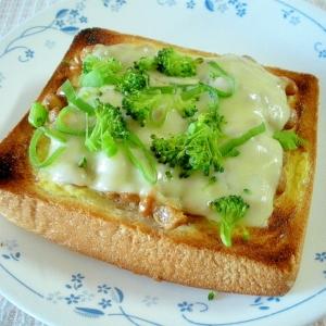 お夜食に!ブロッコリーのせ納豆チーズトースト♪