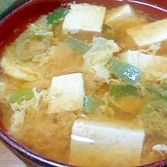 赤味噌ちょい足し♪豆腐とねぎのかきたま味噌汁