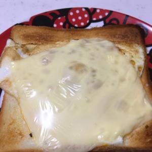 食パンで☆目玉焼きのとろけるチーズトースト☆