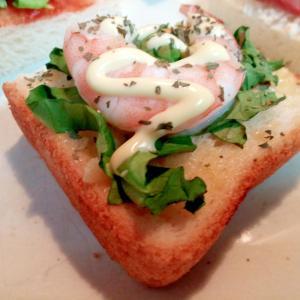 サラダ菜とボイル海老のミニトースト