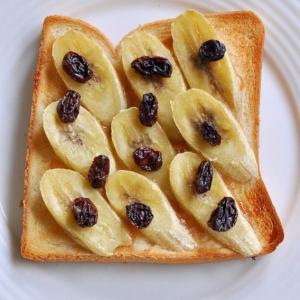 ピーナッツクリームとバナナレーズントースト