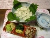 薬味たっぷりで戴く白紫陽花にみたてたあじさい豆腐