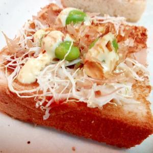 キャベツと枝豆とかつお節のミニトースト