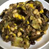 サラダに豆とナスとタイカレー缶炒め