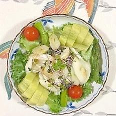 セロリ、アスパラ、キウイ、 フリルレタス のサラダ