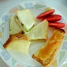 サンドイッチとトーストの朝ごはん