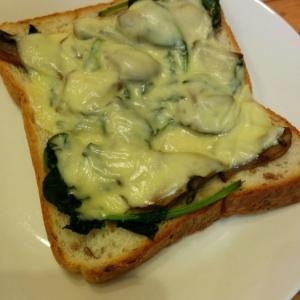 菜の花と舞茸のバターソテーのせチーズトースト