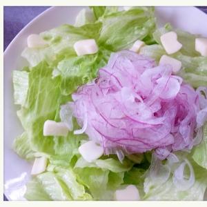 紫玉ねぎとレタスとチーズのサラダ