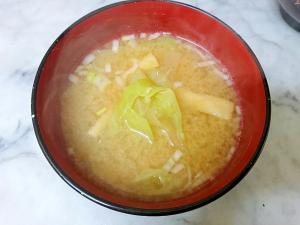 キャベツと大根と油揚げの味噌汁