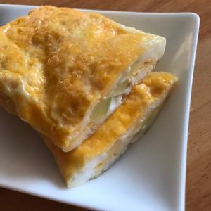 ブロッコリーの茎とコーンの粉チーズ卵焼き