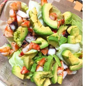 彩り豊かな海老とアボガドのサラダ