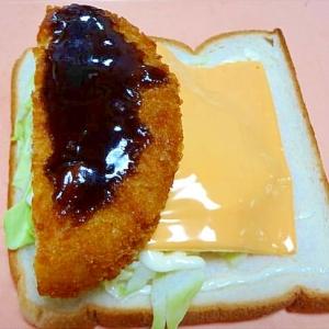 チーズとコロッケのサンドイッチ