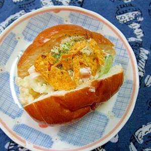 ドリトスとポテトサラダのロールパンサンド