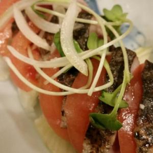 鰹のたたきでミルフィーユ風サラダ
