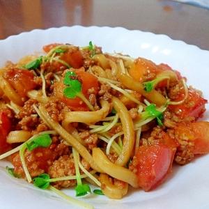 トマトでさっぱり♪味噌煮込うどんで和風ミートパスタ