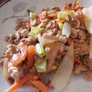 ブロッコリーの茎と豚ミンチの味噌ケチャ炒め