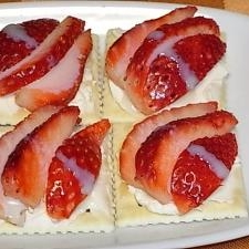 簡単おしゃれ★いちごとクリームチーズのカナッペ