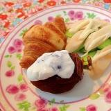 胡瓜チーカマサラダと干し柿とクロワッサンのワンプレ