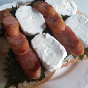 クリームチーズとソーセージの和風オープントースト