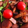 カリカリベーコンとソーセージの水菜サラダ