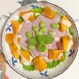 リーフレタス、ロースハム、枝豆、マンゴーのサラダ