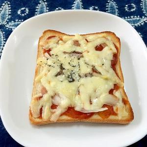 ミートソースと玉ねぎのチーズトースト