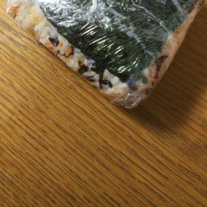 鮭フレークと塩昆布の酢飯おにぎり