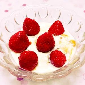 苺とアイスとキャラメルソースかけヨーグルト