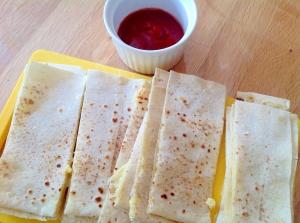 チーズのケサディーヤと簡単トマトソース