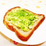 玉葱入り♪グリーンピースのペーストのっけパン