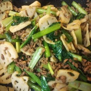 レンコンと小松菜と合挽きミンチのカレー粉炒め