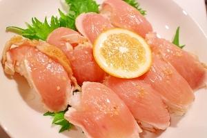 レアで食べられる鶏肉で!鳥刺しのにぎり寿司