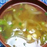 玉ねぎ、コーン、ザア菜、わさび菜の中華風スープ