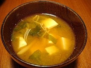 我が家の味噌汁★豆腐とわかめとえのき