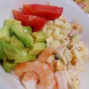 さっぱり美味しい・えびとアボカドマリネと卵のサラダ