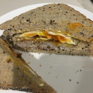 ハンバーグと卵でサンドイッチ